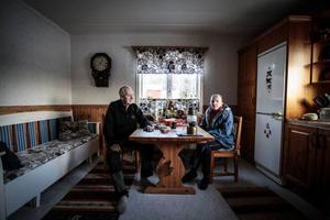 Harry och Britt Kristensson i Sandnäset får ta på sig varma kläder när de ska vistas på nedervåningen. Sju plusgrader visade termometern på i dag.