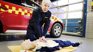 Hjärtstartaren ger tydliga instruktioner för hur hjärt- och lungräddning ska gå till. Räddningsledare Janne Lindberg visar hur enkel den är att använda.
