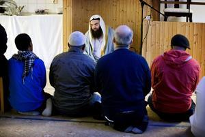 Fekri Hamad, imam, har arbetat i moskén på Råby sedan 2015. På youtube och på hans Facebook-sida ligger de flesta av hans predikningar.