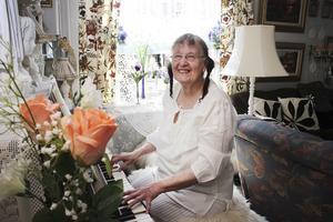 Kärlek. Vid pianot är Ingegerd Gustavsson som lyckligast. I 30 år har hon lärt sig själv att spela.