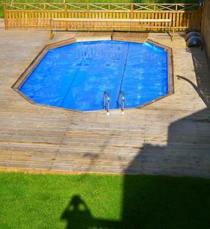 Längtan till poolen! Första åtgärd en morgon på semestern var att fotografera syrrans pool från balkongen på andra våningen i huset. Det är min skugga längst ner. Sedan sprang jag ner, vevade upp poolöverdraget och slängde mig i