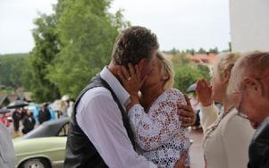 Puss älskling! Paret Hansson har just förklarats man och hustru. Foto: Eric Salomonson