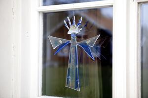 Glaskonst och ljuskonst. Marie Hektor gör konstverk i glas och i många av huset fönster finns konstföremål som fångar ljuset.
