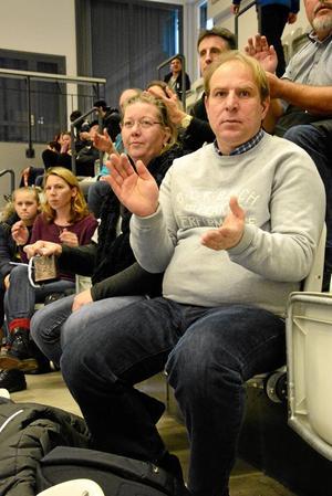 """Hejade. """"Det är en väldigt fin anläggning det här, allt har varit till belåtenhet för grabbarna"""", säger Tomas Pettersson. Han och Lotta Johnsson hejade på Tyresö."""