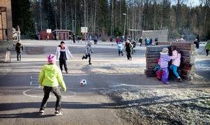 Under tisdagen fick barnen leka utomhus under rasterna. Runt om var lärare utposterade för att vakta barnen.
