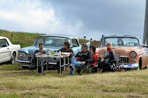 Familjen Josefsson tog med sig fika och sina snygga veteranbilar. Från vänster: Hasse, Marianne, Lillemor, Tomas och Annika Josefsson.
