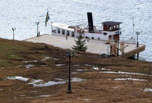 Till herrgården hör den numera dieseldrivna, 16 ton tunga före detta ångaren Ljungfrun, byggd på Lindholmens varv i Göteborg 1865. Den 14 meter långa och tre meter breda båten drivs med en 128-hästars motor som ger den en behaglig marschfart om 7–8 knop.