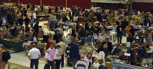 Allehanda. Glas, kläder, godis, böcker, tidningar, mattor, bilar … Hela ishallen var fylld med prylar och köplusten var som vanligt stor vid dylika arrangemang.