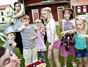 Musikern Marie Olskims Lusth får sig en känga av clownerna. Från vänster: Karl Noreland, Maria Norén, Ivan Noreland, Julia Engholm, Vira Börjesson Hedberg, Tora Netsman och Alice Ingelsson.