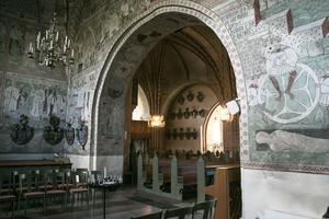 Bland väggdekorationerna i det Bååtska gravkoret ser man Livshjulet, en för sin tid känd illustration av livets gång. Livshjulet är signerat av Örjan Olofsson.