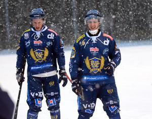 Erik Stoor och Marc Samuelsson i snöfallet som var värst i matchens inledning.