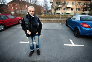69-årige Tage Gustavsson rånades på sin bil i måndags. Dock inte på denna parkeringsplats, utan i en sommarstuga i Ställdalen.