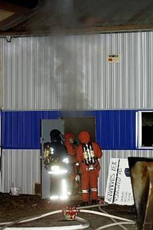 Rökutvecklingen var kraftig när det brann hos Bäck & Bladin AB i Åshammar natten mot fredag. Räddningstjänsten från Storvik, Sandviken och Hofors kallades in. Personalutrymmen och kontor måste renoverasrejält, resten ska saneras under helgen. FOTO: MATHIAS FORSLÖF