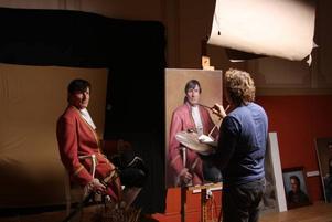 POSERA. 10–15 tillfällen, och en och en halv månad, tog det innan porträtten var klara. Här sitter Peter Mihics och poserar framför Tony Warren.Foto: Privat