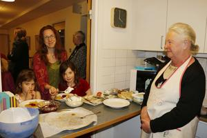 Våffelkafé. Britt Persson serverade våfflor till Maja, Linda och Ella Eng.