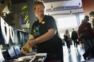 Monica Siggstedt, ABF, radar upp Fairtrademärkta livsmedel till utställningen på temakvällen på Centrum för flexibelt lärande. Det var bananer, choklad och apelsinjuice.