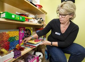 """julklappar. De blivande julklappar som lämnas in till Frälsningsarmén av privatpersoner och företag ska inte vara inslagna. """"Det är för att barnen ska få rätt saker och att inte begagnat och trasigt lämnas in, det får mottagaren göra"""", säger Charlotte Lundell, insamlingsansvarig på Frälsningsarmén. Foto: Rune Jensen"""
