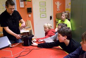 Micke Eliasson från Ericsson visade hur fibern ser ut, och berättade om tekniken för kursdeltagarna.