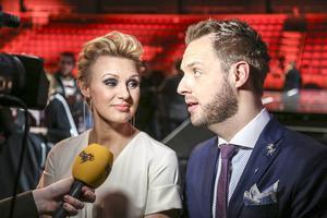 Populära programledarparet Sanna Nielsen och Robin Paulsson.