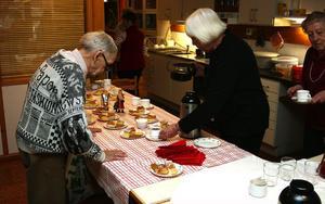 Arne Nilsson serveras kaffe av Kerstin Steen.