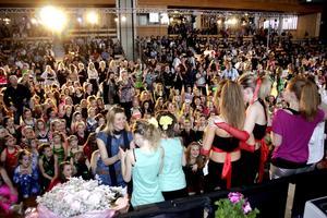 Glittrande glada fick vinnarna ta emot priset av Dansstudions Camilla Örvill inför en stor skara medtävlare och andra åskådare. Bild: JAN WIJK