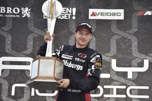 Mästare. Kevin Eriksson försvarade i helgen sin titel i RallyX Nordic. Däremellan har han även kört hem en SM-titel i rallycross på is.