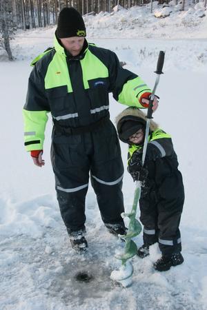 Ville Åsvik, 4 år, var mest intresserad av att borra. Pappa Johan Wallberg assisterar.