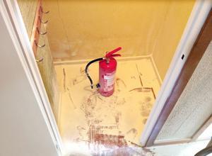 Brandsläckaren som kräktes. Nu ska den fyllas på och hängas upp – högt.