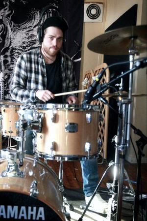 """Alexander Lund är trummis i Moron Express. För ett tag sedan tävlade han i tv-programmet """"The Voice Sweden""""."""