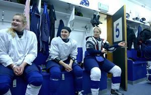 Iveta Koka, mitten, i omklädningsrummet tillsammans med Emelie Berlin och Petra Eriksson.