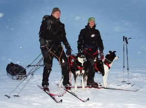 Mattias Larsson, Kövra, och Anna Björklund, Järpen, tog en paus i Helags innan de stakade vidare mot Blåhammaren.