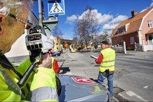 Vid förskolan där bussen befinner sig på Bergsgatan körde många för fort. Med gula västar sjönk hastigheterna väsentligt. Lars-Göran Sundeqvist mäter och Stigbjörn Sundell noterar.