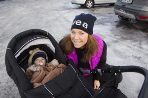 Sofie Revell låter inte sociala medier ta bort fokus från barnen. Här med sonen Tyr.