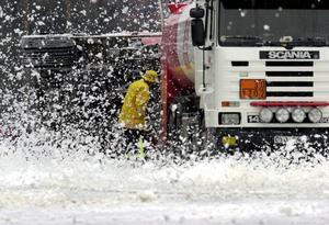 Det kemiska ämnena i brandskum förbjöds redan 2003 men effekterna kan ligga kvar under mycket lång tid. Bilden från bekämpning med skum vid en tankbilsolycka.