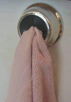 Häng. Hängaren Pluring passar för saker som inte har någno ögla. Häng upp disktrasan eller handduken genom att trycka fast den. Självhäftande för jämna ytor, går också att skruva upp. 49 kronor, designrummet.se.