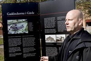 Johannes Kruusi från Länsmuseet Gävleborg har arbetat med att ta fram information till de nya skyltarna om gasklockorna i Gävle.