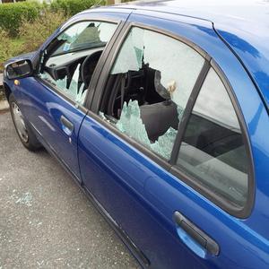 Kross av bilrutor. Den här bilden skickades till NA förra veckan efter att flera bilar i Lindesberg hade fått sina glasrutor krossade. Igår inkom ännu en anmälan om krossade bilrutor.