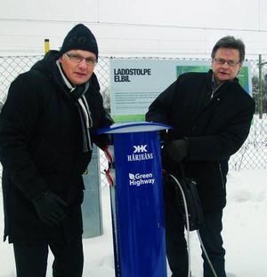 Härjeåns Kraft AB Sten-Olof Salomonsson och Bräckes kommunalråd Sven-Åke Draxten invigningskopplade in en Fiat Fiorino och en Think i laddningsstationen i Bräcke.