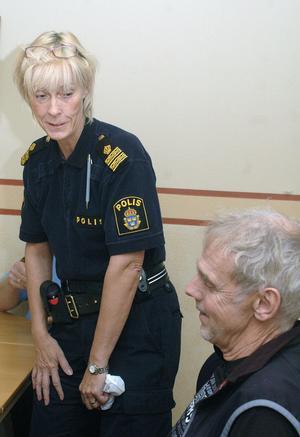I bland har jag varit sur på er och ni på mig, säger närpolischef Helena Sundberg och sneglar på Sven Berg.