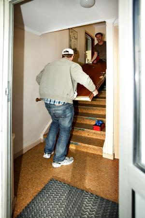 GD:s reporter la ifrån sig anteckningsblocket och hjälpte till med att bära ut den trasiga dörren.