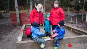Friskt. Mia Johansson och Gunilla Hellström tittar till Filip Baresso -Samuelsson, Ines Jansson Ledin och Isabell Wickström som leker på Ängsnyckelns ur- och skurförskolas gård. Att vara ute mycket är en av de viktigast åtgärderna för att minska smittspridningen bland barnen, menar de.
