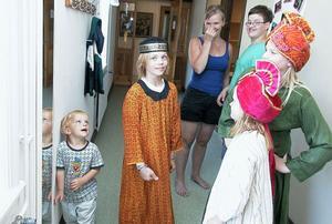 På söndag spelar barnen upp musikalen Daniel i lejongropen skriven av Gunlög Rosén. På torsdagen fick Jonas Hildingsson, som spelar en av Daniel-rollerna, Martha Uhras och Hanna Holmberg prova ut sina dräkter.