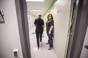 Kerstin Sällström och Charlotte Andersson är två av tolv heltidsanställda kriminalvårdare på häktet.