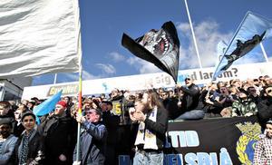 Gefles båda supporterfalanger Sky Blues och Blue Boys har slutit fred efter en längre tids oenighet om hur fansen skulle hantera GIF:s kritiserade färgbyte. I går hejade de tillsammans från nygamla klackplatsen på H-läktaren.