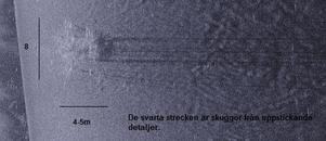 De svarta strecken är enligt upphittaren skuggor från uppstickande detaljer. Den misstänkta flygplanskroppen mäter 8 gånger 4-5 meter.