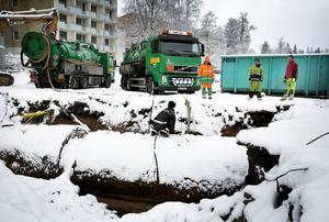 Två tankbilar från Ragnsells i Borlänge användes för att suga upp den olja som fanns kvar i de rostiga cisternerna.