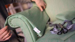 Mimmi Staaf ska tillverka ett skydd för armstödet till en fåtölj. Att använda sådana gör att det riktiga sofftyget håller ännu längre.