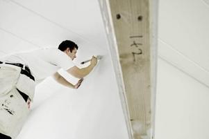 """""""Vi har fullt upp"""". säger Simon Halling, anställd på KH Måleri AB i Gävle. Nu målar han väggar i en kontorslokal på Södra Kansligatan. Han har ännu inte gjort något rot-jobb med skatteavdrag"""