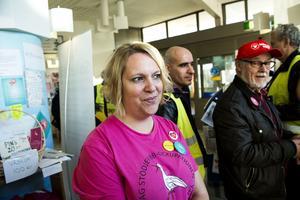 BB-ockupanten Carina Hellström var nöjd efter att hon träffat och samtalat med Jonas Sjöstedt.