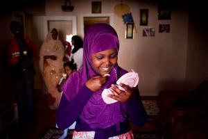 10-åriga Fadumo Raage har fått en sminkdosa med spegel i present under eid al-fitr.